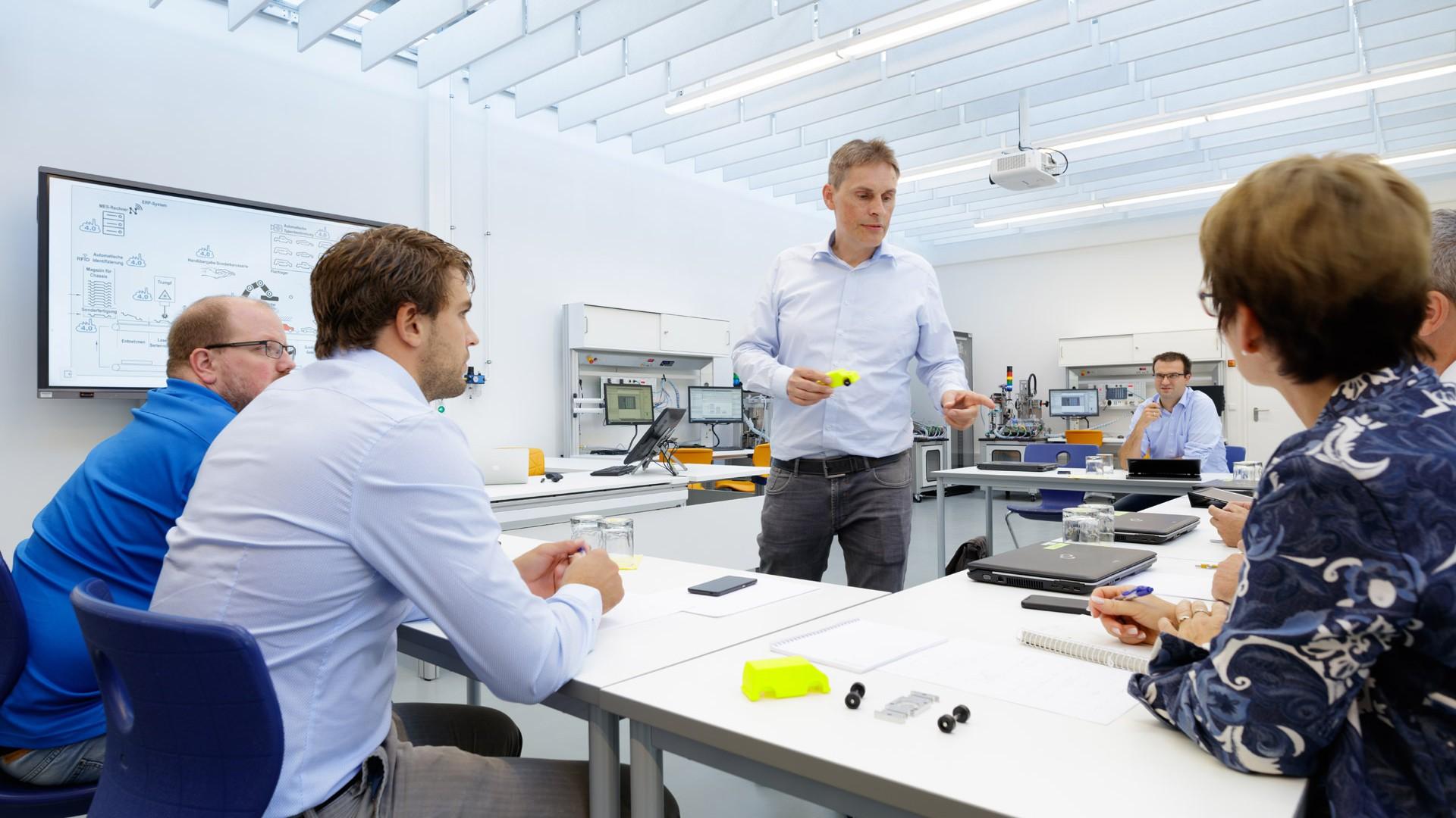 Lernfabrik 4.0 - Bietigheim-Bissingen, Verkettetes Maschinensystem